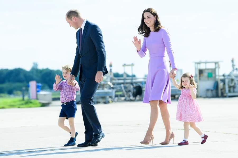 William, George, Kate et Charlotte lors de leur départ de l'aéroport de Hambourg, le 21 juillet 2017
