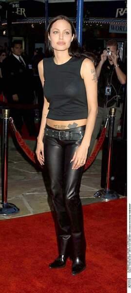 """En 2001, en pantalon en cuir noir taille basse, Angelina Jolie assiste à la première de """"Lara Croft: Tomb Raider"""""""