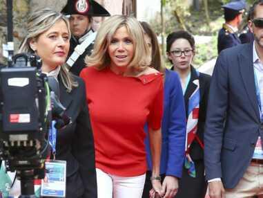 Brigitte Macron en jeans slim blanc et top rouge