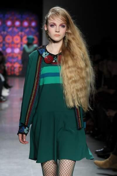 Des cheveux longueurs xxl et un make-up ultra fort chez Anna Sui