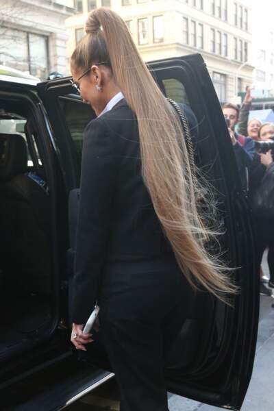 Jennifer Lopez surprend avec cette queue-de-cheval qui lui arrive jusqu'aux fesses
