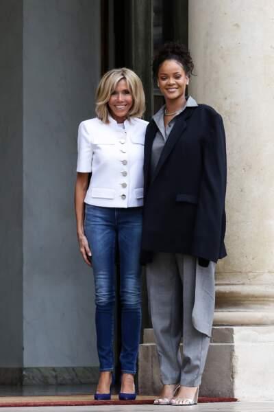 26 juillet 2017 : brigitte Macron en jean slim et blazer blanc avec Rihanna