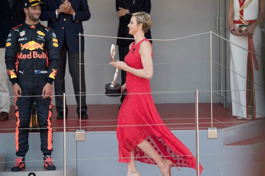 Radieuse dans sa jolie robe fluide et ses chaussures nude à talons pour remettre le Grand Prix