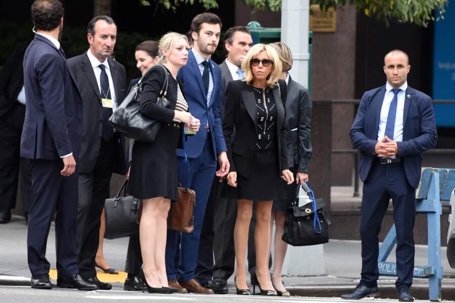 Brigitte Macron très chic en robe courte noire