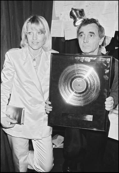 Charles Aznavour et sa femme Ulla à l'Olympia, il reçoit un disque d'or en 1980