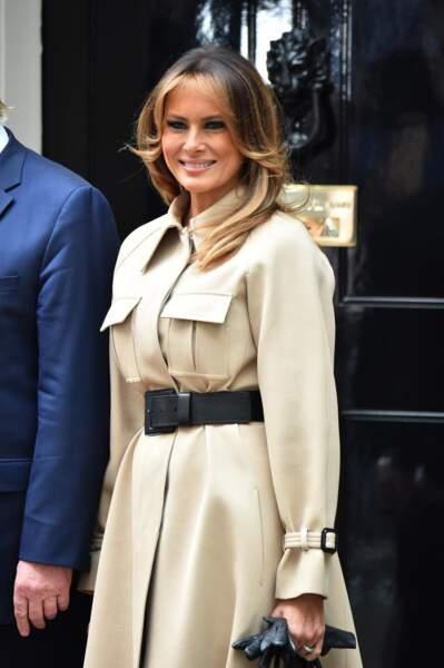 adoucir son visage par des mèches dorées en contaste avec ses racines comme Melania Trump