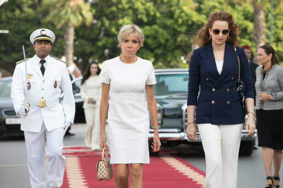 14 juin 2017 : Brigitte Macron en robe blanche Louis Vuitton pour son arrivée au Maroc