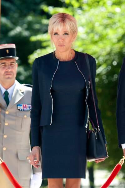 24 août 2017 : brigitte Macron en nouveau en robe courte bleue nuit, et blouson zippé ouvert