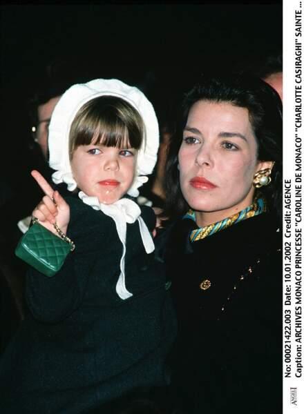 Caroline de Monaco, avec sa fille Charlotte, lors de la Sainte Devote à Monaco, en 1990