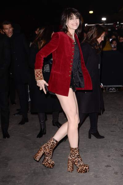 Mini short et boots léopard pour Charlotte Gainsbourg
