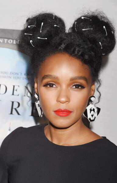 Double bun sur cheveux afro pour Janelle Monae.