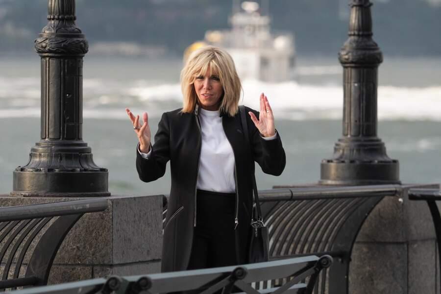 Brigitte Macron, très classe dans une tenue noir et blanc