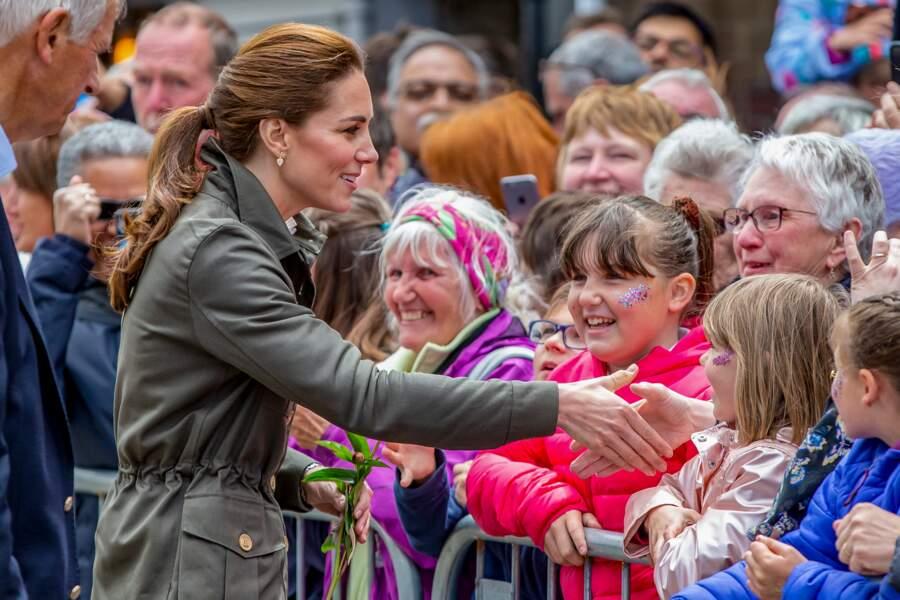 Kate Middleton, fan du blush rosé, adopte aussi l'enlumineur doré et le fard mordoré sur les paupières le 11 juin