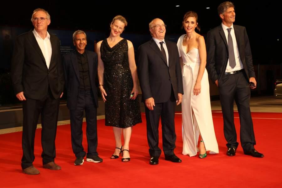 Julie Gayet magnifique en robe blanche fendue et décolletée