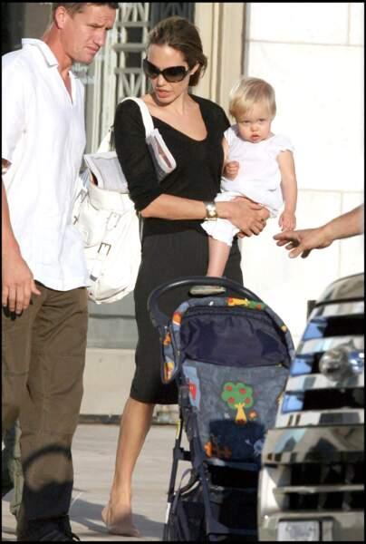 Shiloh Jolie-Pitt, ici avec sa mère Angelina Jolie, est née le 27 mai 2006 en Namibie