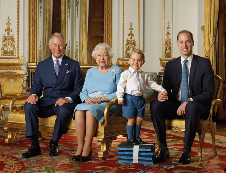 Le prince Charles, William et George d'Angleterre au palais de Buckingham à l'occasion des 90 ans d'Elisabeth II