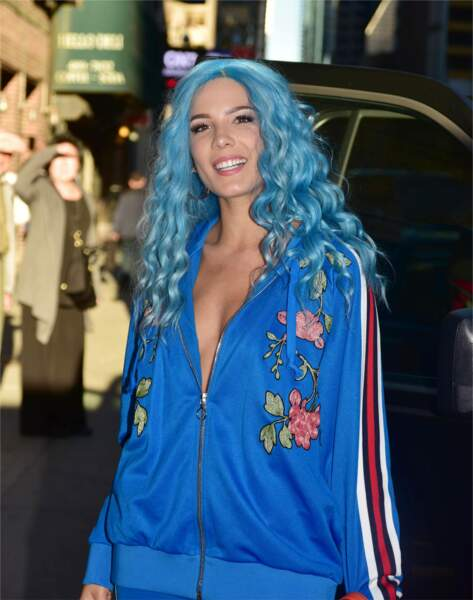 La chanteuse Halsey, fière de son total look bleu!