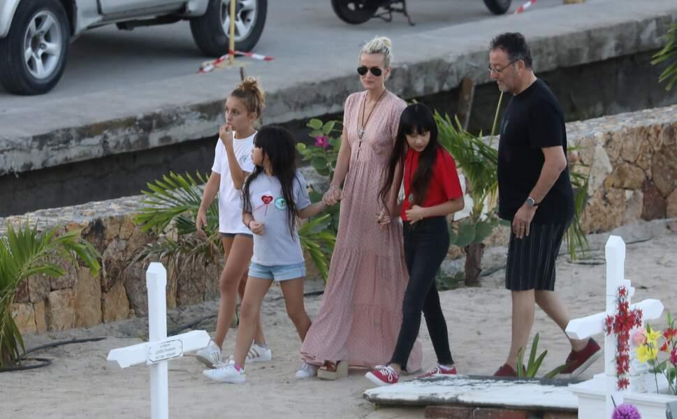 Laeticia Hallyday se rend sur la tombe de Johnny Hallyday avec Jade, Joy et leur parrain Jean Reno
