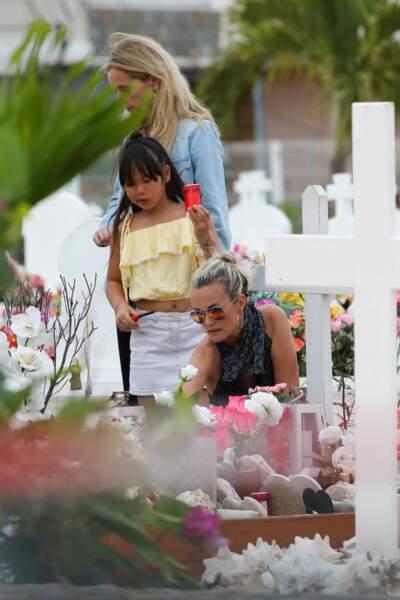 Marie Poniatowski, Laeticia et Joy Hallyday déposent des bougies sur la tombe de Johnny, le 23 avril 2018