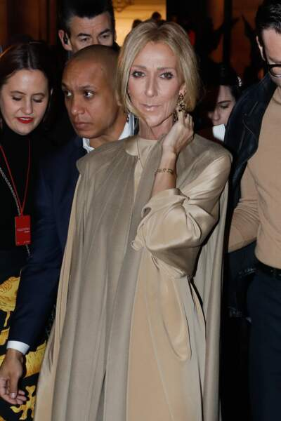 Céline Dion dans un total look beige Valentino assortie à ses cheveux
