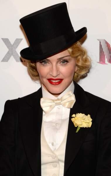Chapeau haut de forme et sourcils ultra fins, Madonna adopte le look Marlene Dietrich à New York en 2013