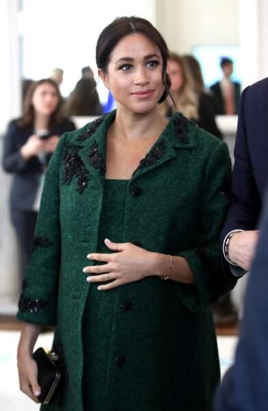 Meghan Markle fait honneur aux créateurs britanniques avec ce manteau et cette robe signés Erdem