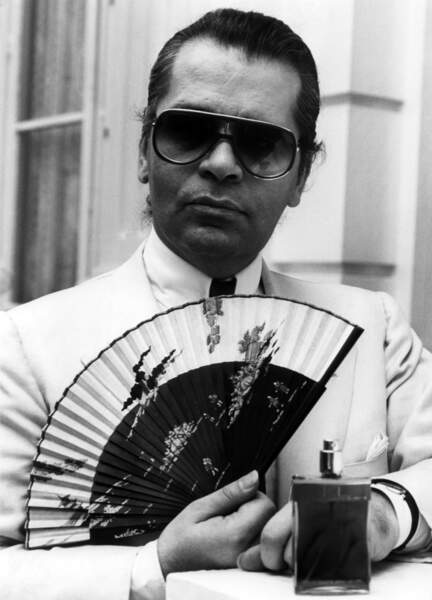 Eventail en main, Karl Lagerfeld présente son nouveau parfum à Hambourg, en 1982