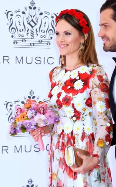 la princesse Sofia de Suède ravissante avec sa robe fleurie Dolce & Gabbana et sa couronne de fleurs rouge