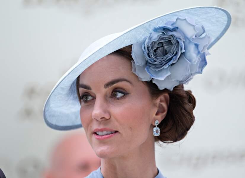 Kate Middleton sublime avec son double chignon torsadé