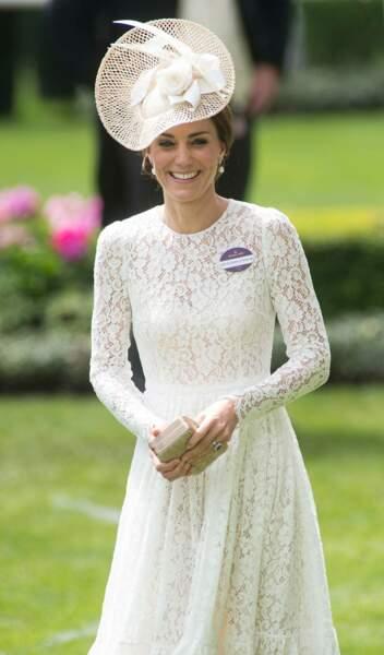 La robe dentelle blanche, en version longue et coupe midi évasée portée par Kate Middleton au Royal Ascot 2016