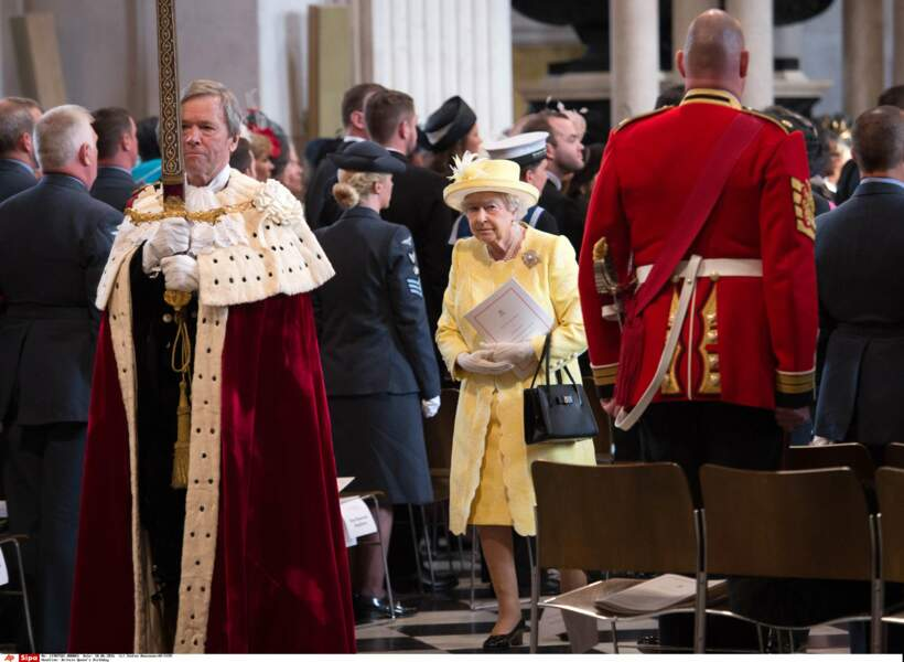 En jaune poussin lors de la célébration à Westminster de ses 90 ans, fallait oser !