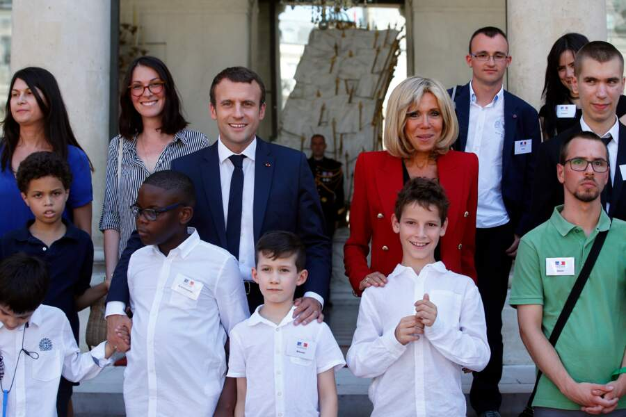 Emmanuel Macron et sa femme Brigitte accueillent les enfants sur le perron.
