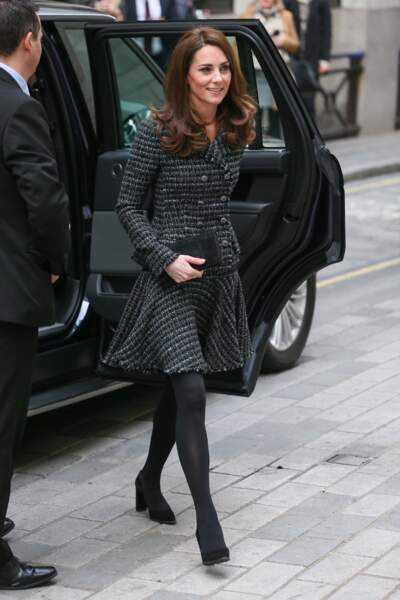 Kate Middleton souriante et chic dans un ensemble en tweed.
