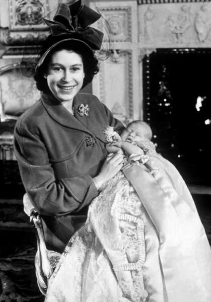 Elizabeth et le prince Charles lors de son baptême le 15 décembre 1948