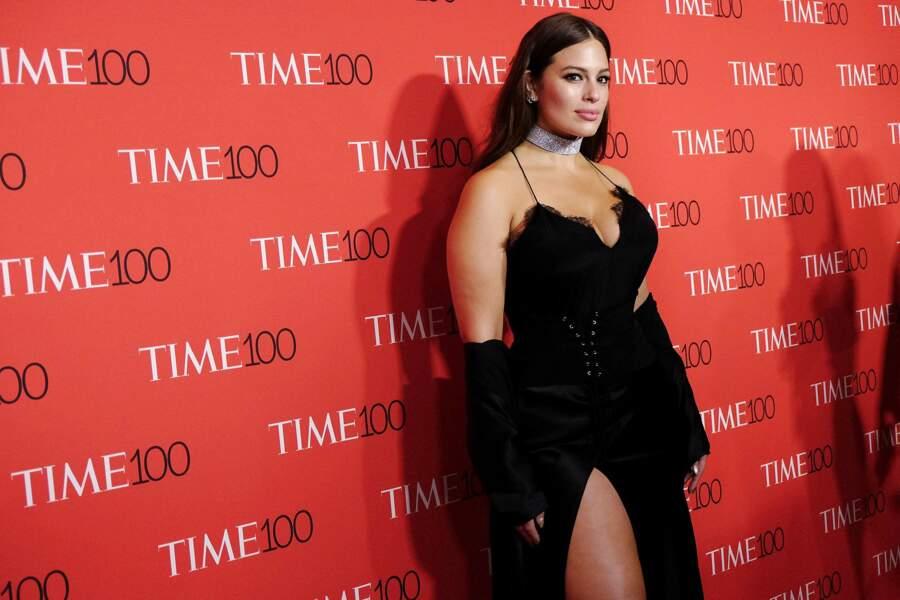 Pour l'occasion le mannequin XXL avait sorti le grand jeu dans sa très sexy robe en soie noire