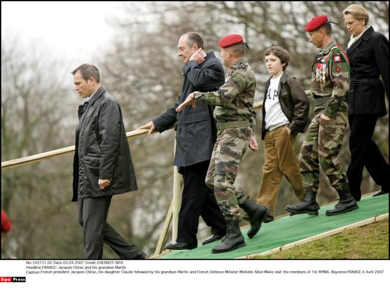 Jacques Chirac et son petit-fils Martin avec Michelle Alliot-Marie, visitent le 1er RPIMa à Bayonne, en 2007