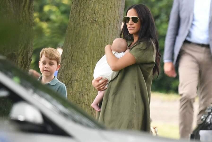 Meghan Markle avec son fils Archie dans les bras non loin du prince George, le petit cousin d'Archie