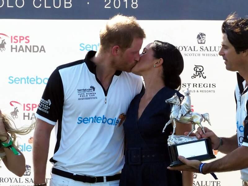 Meghan embrasse Harry après la victoire de son équipe à la coupe de polo, le 26 juillet 2018.