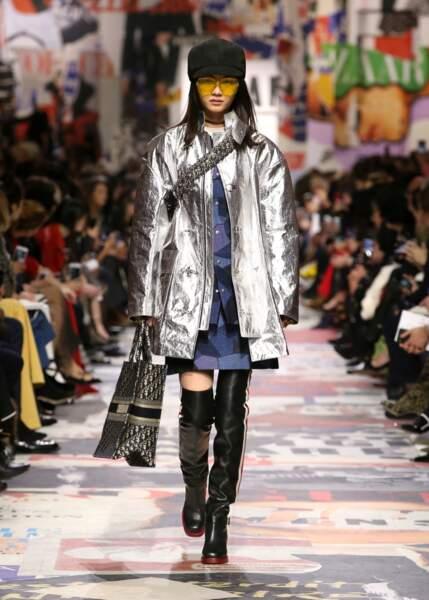 Dior rend la doudoune polaire, version lamée argentée.