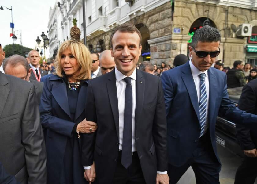 Emmanuel Macron, tout sourire au bras de son épouse Brigitte