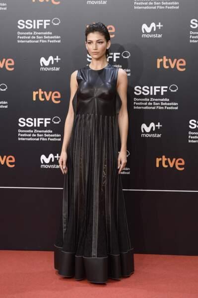 Ursula Cordero dans un look futuriste en robe longue en cuir en Espagne le 21 septembre 2018