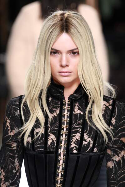 Kendall Jenner blonde platine pour Balmain