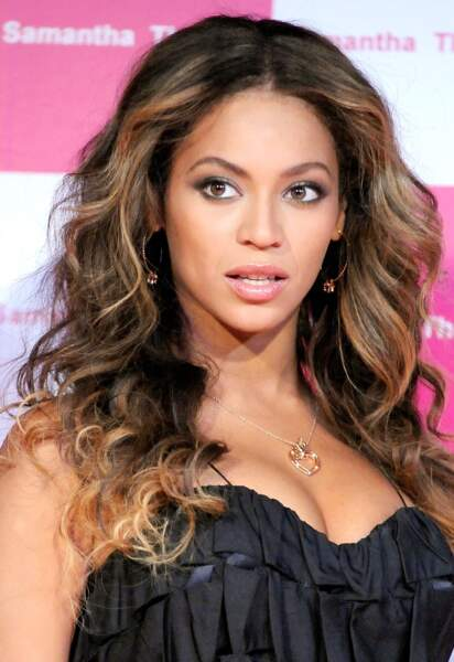 En 2009, le teint éclatant et les cheveux volumineux, Beyoncé est superbe au Japon