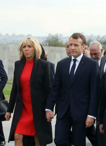 En Arménie, Brigitte Macron opte pour du rouge avec une robe coupée au genou.