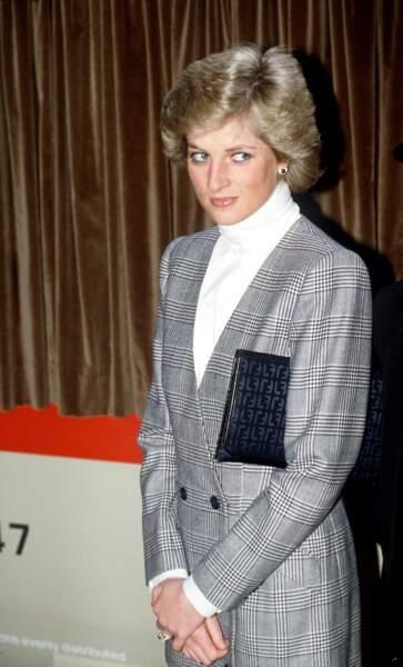 La princesse Diana, en veste de tailleur à imprimé Prince de Galles en 1988 à Londres