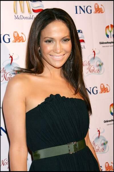 """Jennifer Lopez brune cheveux lissés pour le GALA """"NOCHE DE NINOS"""""""