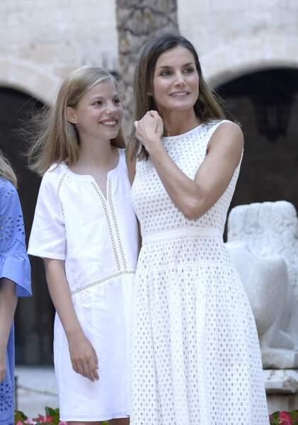 La reine Letizia d'Espagne et l'infante Sofia d'Espagne assorties en robe blanche