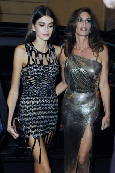 Cindy Crawford et Kaia Gerber à la sortie du défilé Versace lors de la fashion week de Milan le 22 septembre 2017