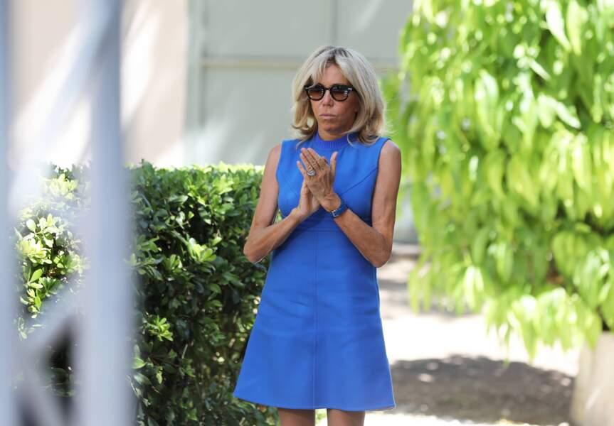 Brigitte Macron dans son élément en robe courte et fluide bleue