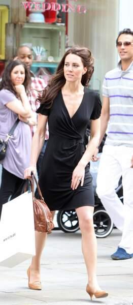 La petite robe noire version cache-coeur pour Kate Middleton dans les rues de Londres en 2011